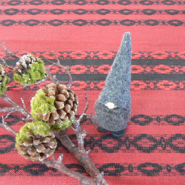 Schwedischer Weihnachtswichtel: Tomte Tore in grau mit echten Lammfell