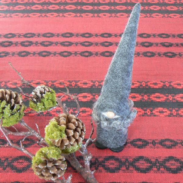 Schwedischer Weihnachtswichtel: Tomte Tage in grau mit echtem Lammfell