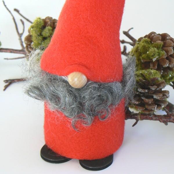 Weihnachtswichtel: Tomte Tyko in rot mit echten Lammfell