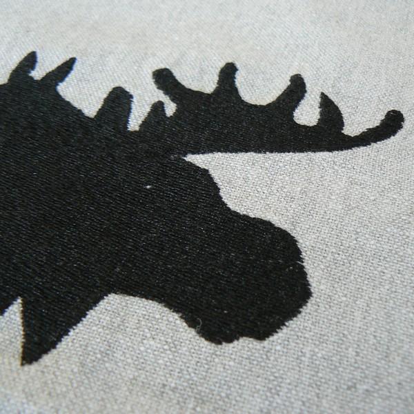 Kissenhülle / Kissenbezug 45x45 cm hellgrau recycelt mit einem schwarzen Elch bestickt