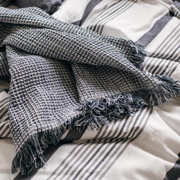 Angenehm kühl im Bett: Baumwollplaid mit Waffelstruktur