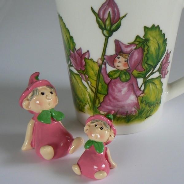 2 Blumenkinder und Kaffeebecher rosa