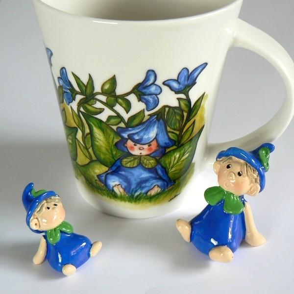 2 Blumenkinder und Kaffeebecher blau