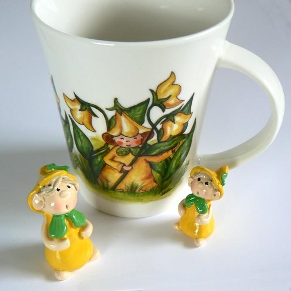 2 Blumenkinder und Kaffeebecher gelb