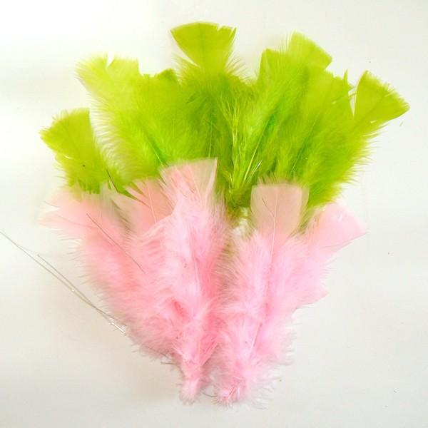 Schwedische Osterfedern rosa und grün für Påskris, den typisch schwedischen Osterstrauß
