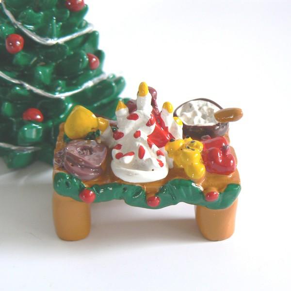 Tomte-Raum: Julbord mit rundem Knäckebrot, Zuckerstangen, Safrangebäck