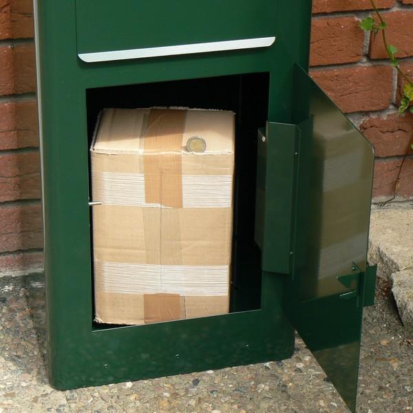 Schwedischer Standbriefkasten Safepost 80 mit geöffnetem Paketfach