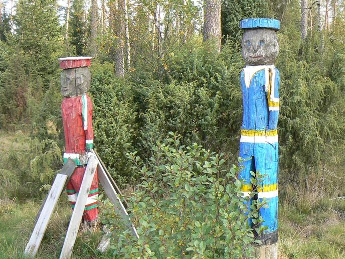 Holzfiguren an der E4