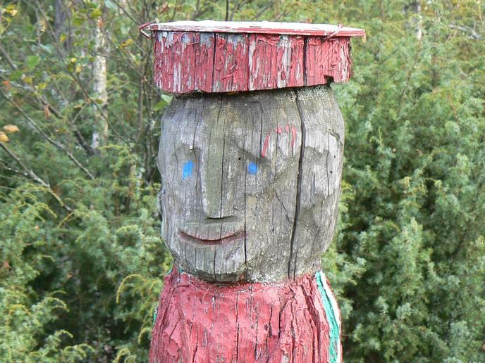 Holzfiguren bei Skillingaryd
